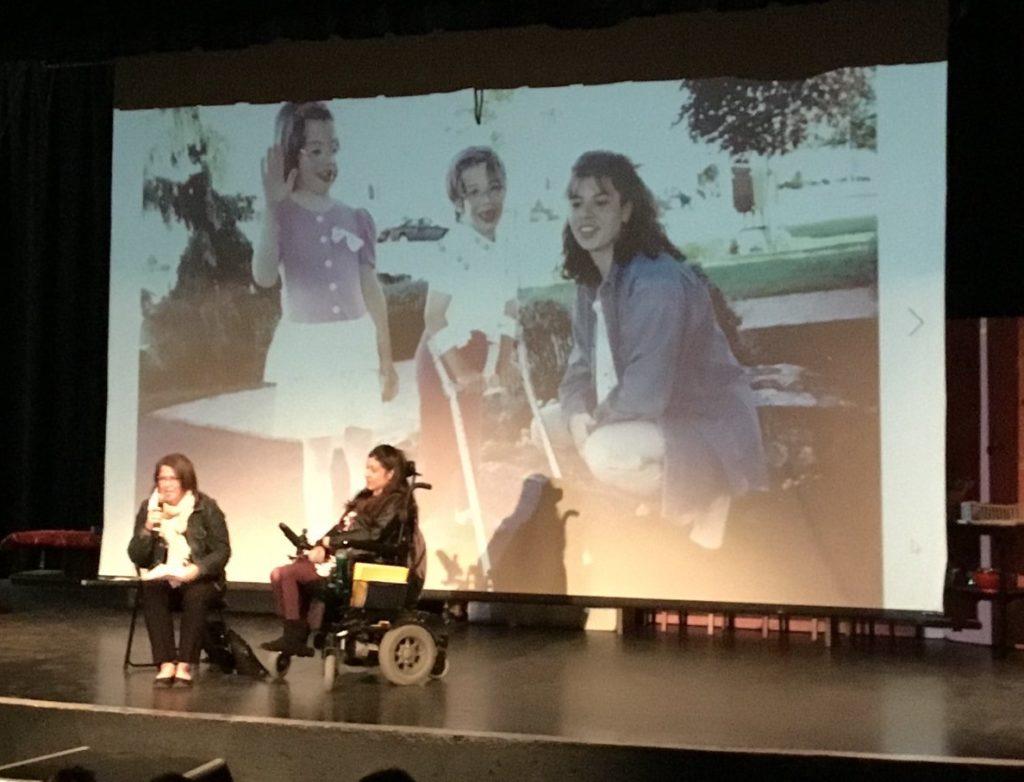 Conférence pour sensibiliser les étudiants de la Polyvalente Hyacinthe-Delorme sur l'Intégration des personnes vivant en situation d'handicap par Isabelle Bonin accompagnée de Stéphanie Messier