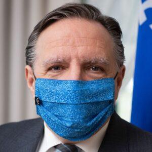 François Legault se fait offrir un masque qui permet de lire sur les lèvres